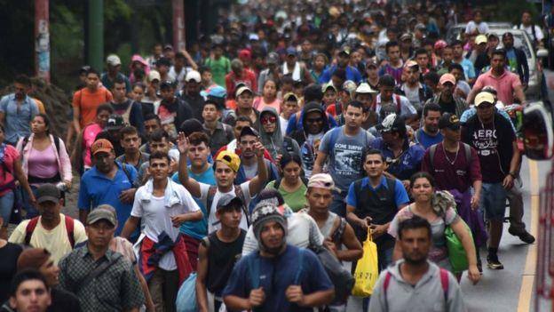 emigrantes avanzan hacia eeuu por la frontera mexicana con guatemala