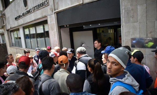 Cubanos residentes en Uruguay podrá legalizar su situación migratoria