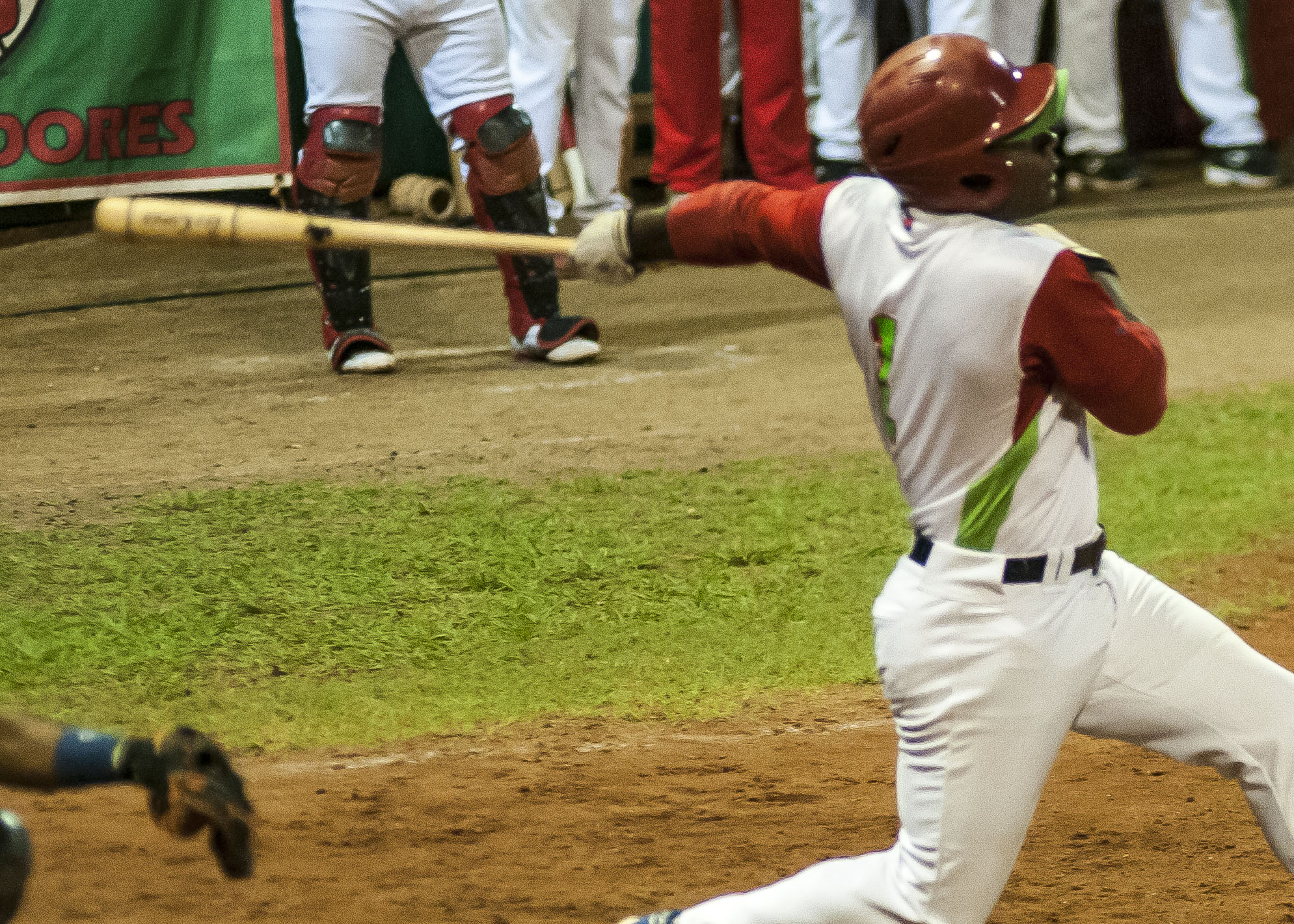Danel castro ingresa a un selecto club con 2000 hit y 200 hr