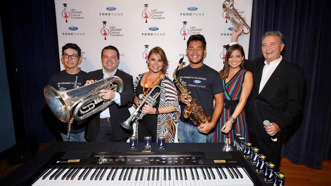 Olga Tañón dona instrumentos musicales a escuela de Hialeah