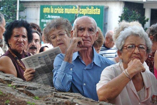 Gobierno cubano aprueba un leve aumento de las jubilaciones y la asistencia social