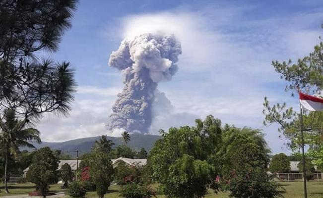 Caos y tragedia en Indonesia tras el tsunami con 1800 muertos ahora tienen un volcan con cenizas