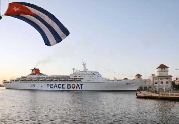 Atraca en el puerto de La Habana el crucero por la Paz
