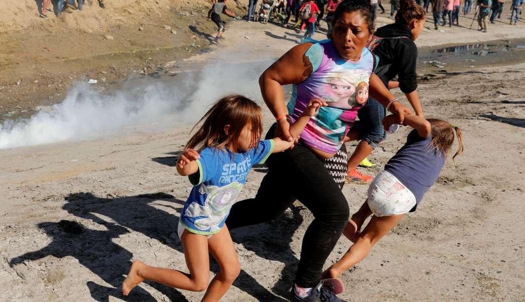 migrantes son desplazado por el usos de la fuerza gases lacrimogenos