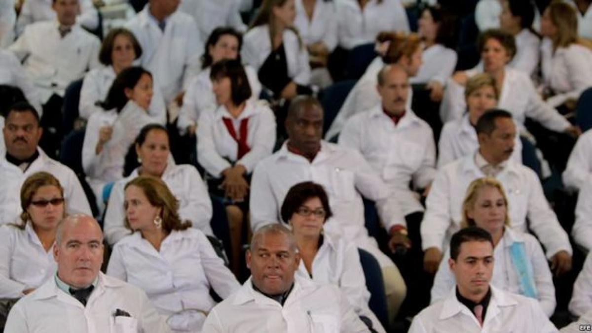 medicos cubanso regresan de brasil, se le acaba el dinero al cuba