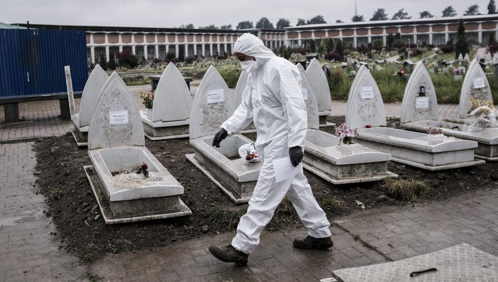 n trabajador de un cementerio de Turín, con un traje de protección por los efectos del coronavirus (Marco Alpozzi - AP)