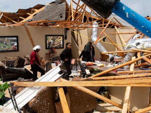 Tornado derrumba casas