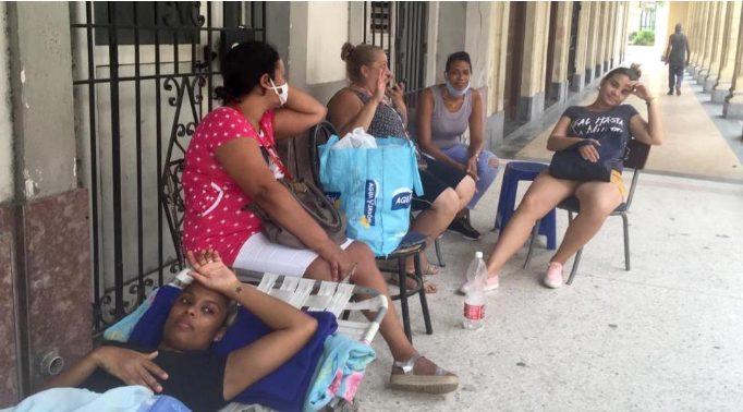 Familias cubanas duermen en las calles
