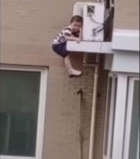 Niño Cae de un tercer piso