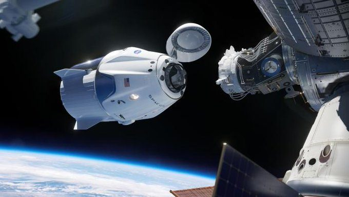 Astronautas de la NASA regresan a la Tierra a bordo del Dragon