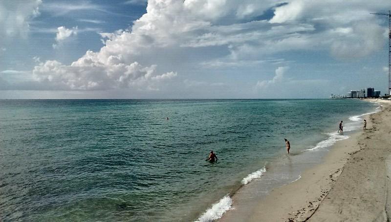El sur de la Florida abre sus playas tras el paso de Isaías