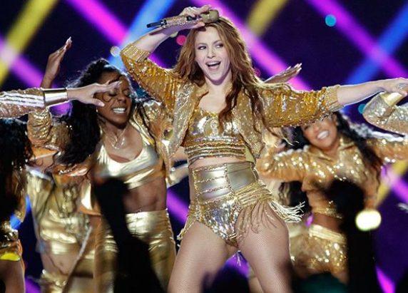 Entérate cuánto pagaron por la chaqueta dorada que uso Shakira en el Super Bowl