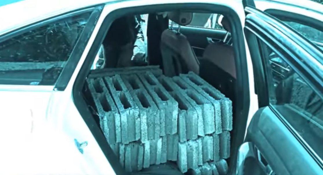 Limay Blanco carga bloques para la construcción en su Audi