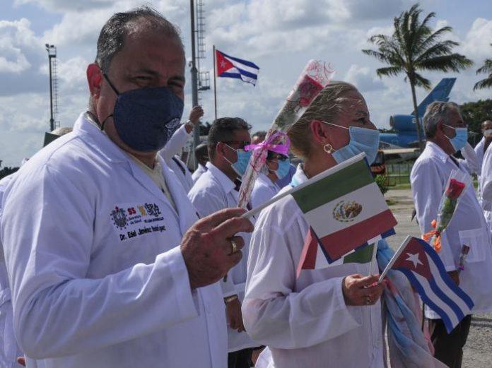 Regresan a Cuba los médicos cubanos de misión en México