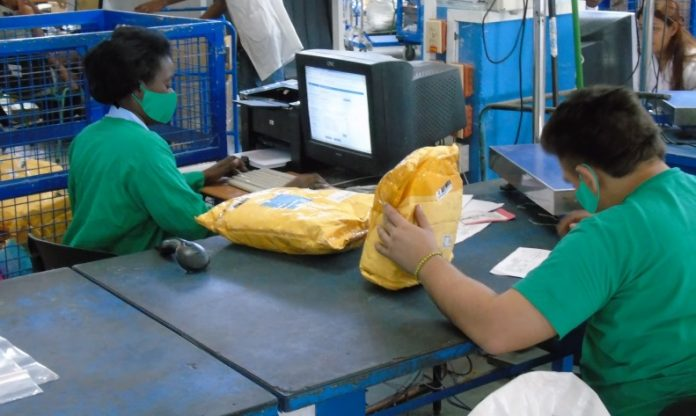 Reinician los vuelos a Cuba con carga autorizada por Correos