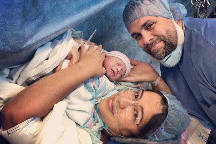 ¡Ya es papá! Humorista cubano Javier Berridy y su esposa tienen a su primer hijo