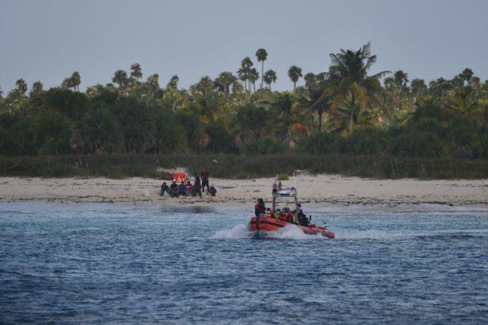Guardia costera de EEUU rescata a 22 balseros cubanos naufragados en una playa