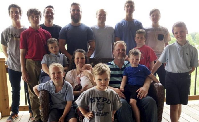 Pareja estadounidense con 14 hijos varones tienen a su primera niña