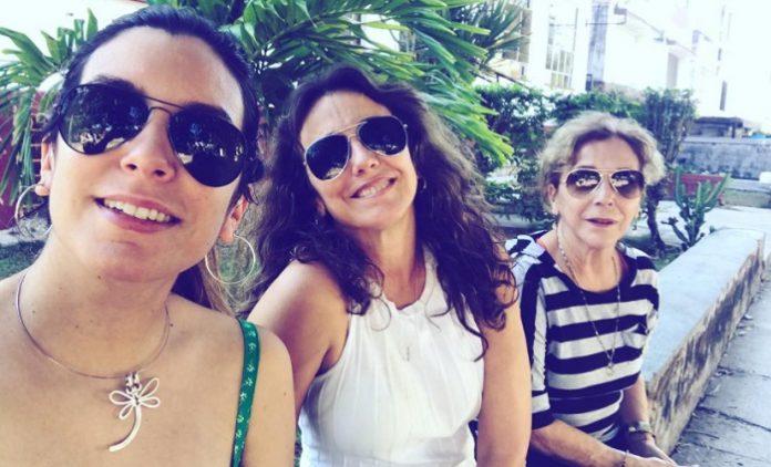 Tahimí Alvariño y María Karla felicitan a su madre, Coralita Veloz, por sus 71 cumpleaños